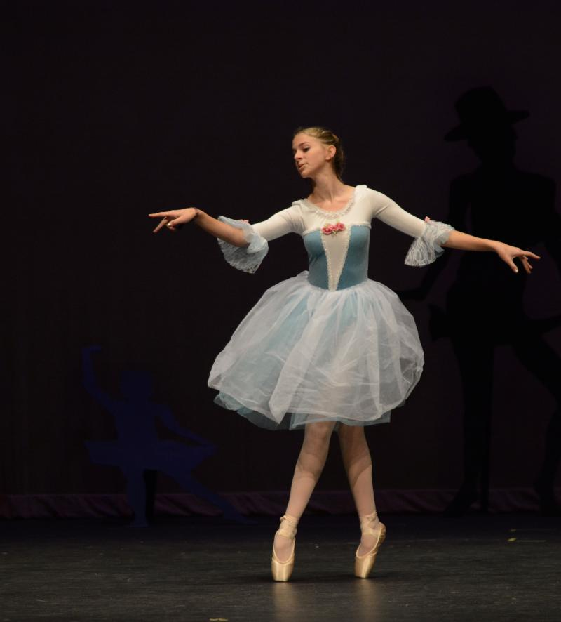 Wilmiongton NC Ballet student performs a classical variation in pointe shoes